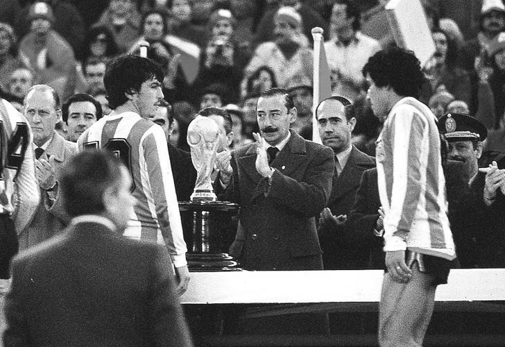 Videla entrega el trofeo al capitán argentino. Foto cortesía de AFP.