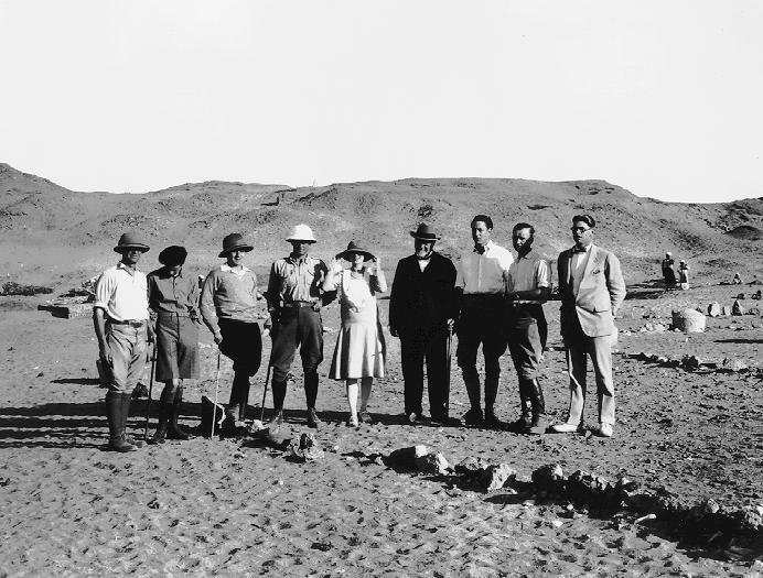 El tercero desde la derecha, junto al resto del equipo en la excavación de Karanis (DP)