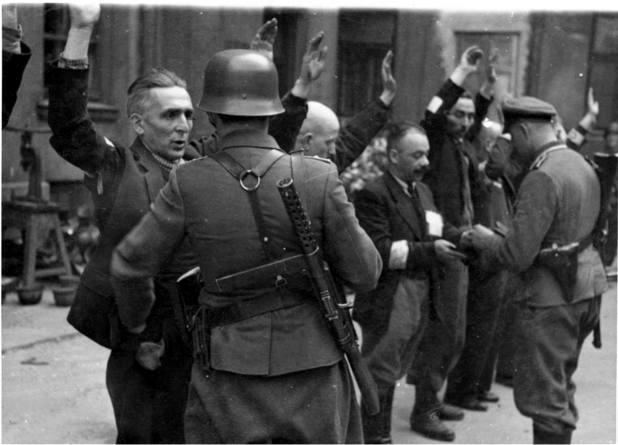 Soldados alemanes detienen a judíos durante la revuelta del gueto de Varsovia. Mayo de 1943. Foto: DP.
