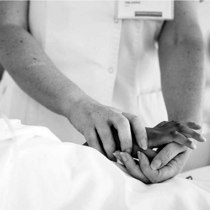 Mano a mano con la parca: mujeres que acompañan a la muerte