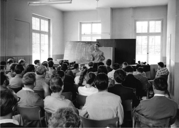 Karlheinz Stockhausen impartiendo clase en Darmstadt en 1957. Foto: Rolf Unterberg (CC)