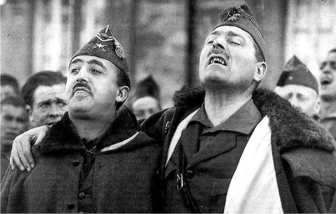 Franco posa junto a Millán-Astray, que parece a punto de estornudar (DP)