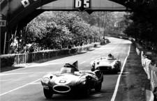 Hawthorn, primero en su Jaguar, seguido de cerca por el Mercedes de Fangio. Foto cortesía de Moss Motoring.