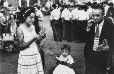 Familia en una fiesta popular. Barcelona, 1962. Colección MACBA , cortesía de herederas de Xavier Miserachs.