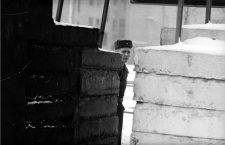 Un guarda vigila la frontera entre Berlín Este y Berlín Oeste en 1963. Fotografía: Getty Images.