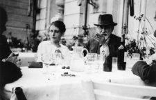 Anna y Sigmund Freud en el sexto congreso internacional de psicoanálisis, La Haya (1920).