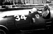 El piloto Alberto Ascari en su Ferrari 375 © LAPRESSE 06-04-1952 TURIN GRAN PRIX VALENTINO PILOT  ALBERTO ASCARI ON THE FERRARI 375. BUSTA 152/6