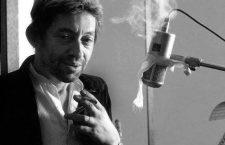 Le chanteur Serge Gainsbourg lors d'une session d'enregistrement vers 1987 --- French singer Serge Gainsbourg during recording session c. 1987 *** Local Caption *** French singer Serge Gainsbourg during recording session c. 1987