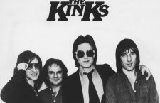 The Kinks, Dave Davies (l.), Ray Davies (center), ca. 1980s