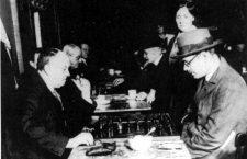 Pessoa (derecha) jugando al ajedrez con el ocultista Aleister Crowley (DP)