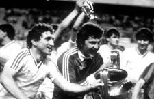 Los jugadores del STEAUA DE BUCAREST, equipo de Futbol de Rumania, dan la vuelta de honor al campo con su trofeo de campeones de Europa. Copa de Europa 1985-86. Estadio Ramon Sanchez Pizjuan. 07-05-1986. The players of STEAUA BUCHAREST, Football team of Romania, make their lap of honour with their European champions trophy. European Cup 1985-86. Ramon Sanchez Pizjuan Stadium. 07-05-1986.  - ONLY SPAIN - WARNING: FOR SPANISH MARKET ONLY