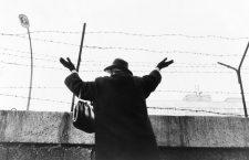 Una mujer, sobre el muro de Berlín, saluda sus familiares en Berlín-Este, 1961.