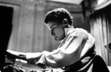 Le pianiste et compositeur canadien Glenn Gould (1932-1982) jouant les Variations Goldberg c. 1955   ---   Canadian pianist and composer Glenn Gould  (1932-1982)  playing Variations Goldbergc. 1955 *** Local Caption *** Canadian pianist and composer Glenn Gould  (1932-1982)  playing Variations Goldbergc. 1955