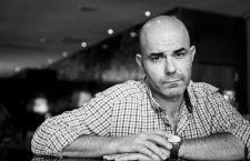 Eduardo Sacheri: «Somos tan ingenuos que seguimos viendo el fútbol como un juego»