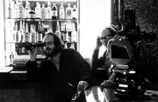 Stanley Kubrick sur le plateau du film Shining en 1980 - Director Stanley Kubrick looks through lens on the set of THE SHINING, 1980