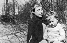 La poete russe Marina Ivanova Tsvetaeva Cvetaeva Tsvetayeva Tsvetaieva (1892-1941) ici en 1927 avec son fils peut etre pres de Paris ---  russian poet  Marina Tsvetaeva in 1927 with her son *** Local Caption *** russian poet  Marina Tsvetaeva in 1927 with her son