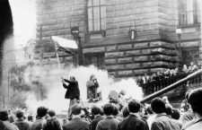 La fin du printemps de Prague en 1968 : Operation Danube (pacte de Varsovie : invasion de la Tchecoslovaquie) etudiants tcheques sur un char russe hissant un drapeau symbolisant une volonte de democratisation du regime sovietique  ---  Prague Spring in 1968 : czech student on russian tank waving a flag revolt uprising revolution anti Soviet *** Local Caption *** Prague Spring in 1968 : czech student on russian tank waving a flag revolt uprising revolution anti Soviet