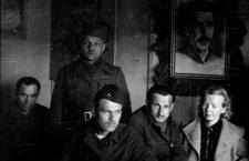 Gunvor Galtung Haavik og fire menn. Bilde av Stalin på veggen. Gunvor Galtung Haavik arbeidet som tolk for Leiv Kreyberg.