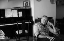 """Alfonso Vilallonga, cantante y compositor, fotografiado en su casa de Barcelona durante la entrevista a """"Jot Down"""". Foto David Airob"""