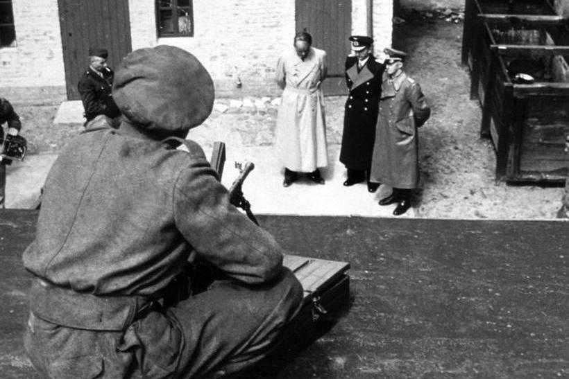 Karl Donitz, Albert Speer y Alfred Jodl custodiados, tras su arresto, en el patio del cuartel general británico. Fotografía: Cordon Press.