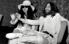 Beatle John Lennon and wife Yoko Ono after arriving at London Heathrow airport. They had been staying in bed for a week at the Hilton Hotel, Amsterdam as a protest against world violence. They are each holding a small acorn which they announced they are sending to each of the world's leaders, to ask them to plant them for peace. 1st April 1969 John Lennon y Yoko Ono mostrando una bellota que van a mandar a los lideres mundiales para que las planten en sus paises como simbolo de la paz