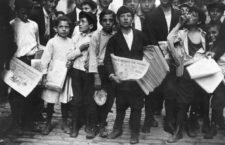 Newsboys a punto de repartir el periódico de la tarde, New York City, 1910. Fotografía: Lewis Hine / The U.S. National Archives.