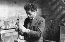 Alberto Giacometti trabajando en su estudio, Paris. Photo by Isaku Yanaihara/ © Suki Yanaihara.