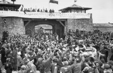 La 11ª División Acorazada del Ejército de los Estados Unidos durante la liberación del campo de concentración de Mauthausen el 6 de mayo de 1945. Escrito en sábanas, «Los españoles antifascistas saludan a las fuerzas libertadoras». Fotografía: Donald R. Ornitz (?) / Francisco Boix (?) / National Archives and Records Administration (DP).