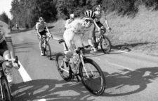 Ciclistas en tren, chavalucos y pelo sobre los hombros: crónica del Tour 2020